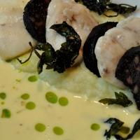 Seeteufelbäckchen | Blutwurst | Beurre blanc